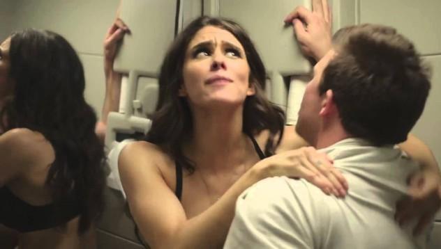Учителка злоупотреби с ученик в самолет