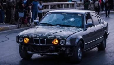Кюрдски боец използва старо бронирано BMW като линейка