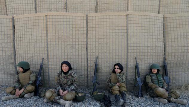 Афганистанки минават пълно военно обучение