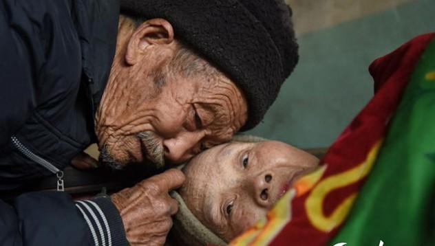 Мъжът който 56 години не се отказа от жена си