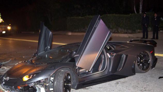 Aventador-ът на Крис Браун изоставен в Бевърли Хилс