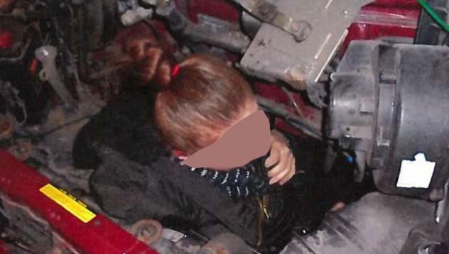 Откриха мигрант до двигател в буса