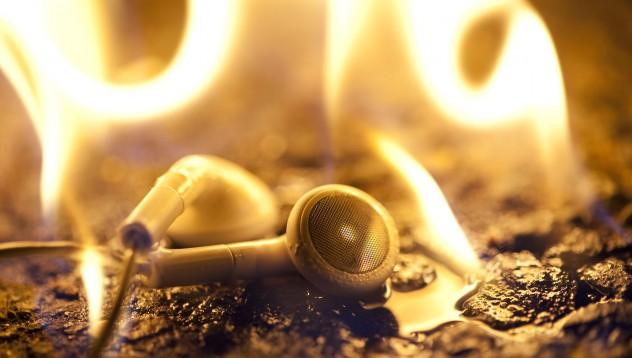 Безжични слушалки лумнаха в пламъци