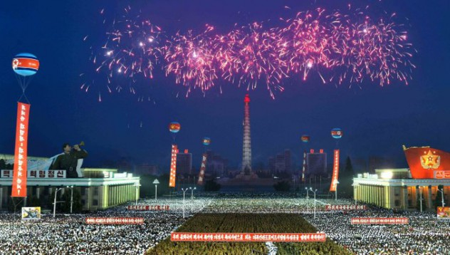 Северна Корея отпразнува първата си далекобойна ракета