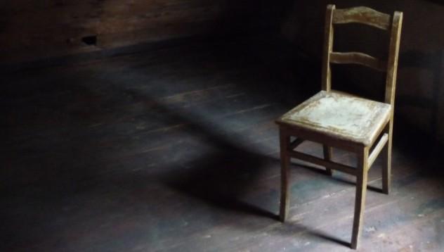 Петъчен туитър, празни маси, столове и други
