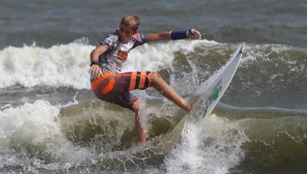 Сърфист почина, гонейки вълните на Ирма
