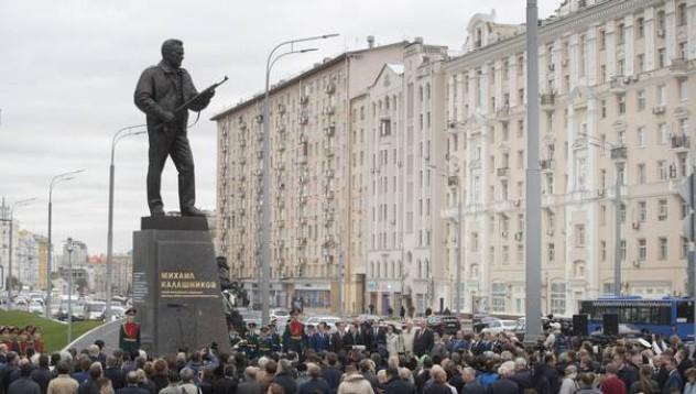 Калашников получи статуя в Москва