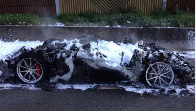 Ferrari F12 лумна в пламъци