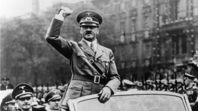 Картина на Хитлер беше намушкана с нож