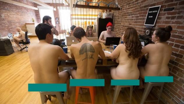 Полска служителка се разходи гола в офиса