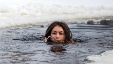 Тази украинка поддържа младостта си в ледения Днепър