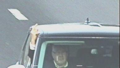 Мъж показвал средни пръсти на всяка камера по магистралата