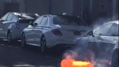 Още една Tesla лумна в пламъци