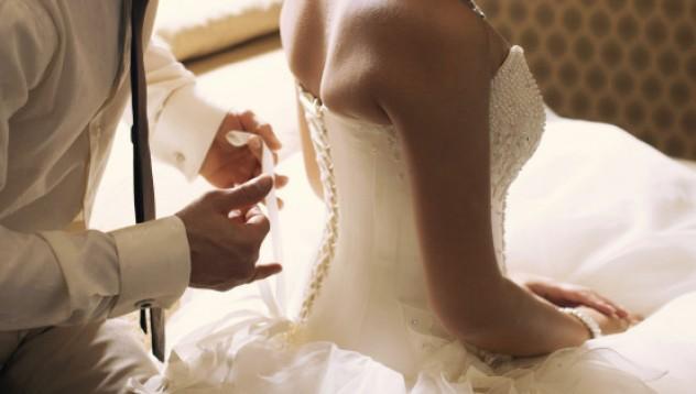Младоженци търсят фотограф за първата брачна нощ