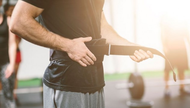 Помага ли коланът за вдигане на тежести