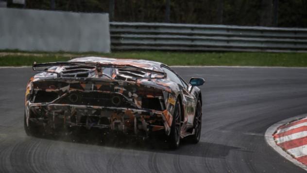 Lamborghini запазват V12 за още едно поколение