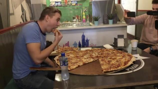 Пицария предлага 500 евро за изяждане на голяма пица