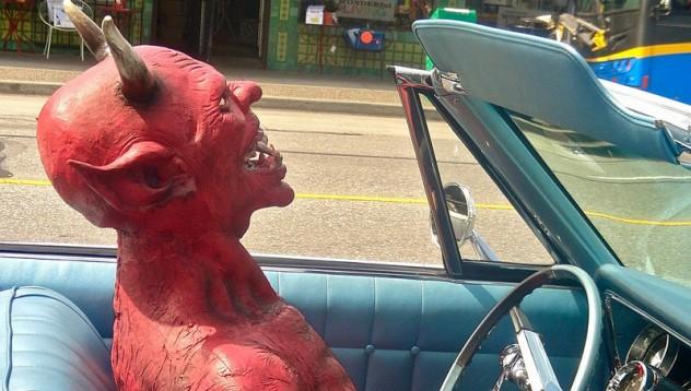 Хасковлия продава душата си на дявола, за да плати разходи по колата