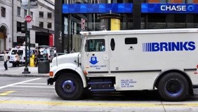 Брониран камион раздаде премии на Коледа
