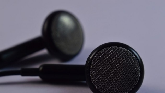 Мъж изгуби слуха си след сън със слушалки