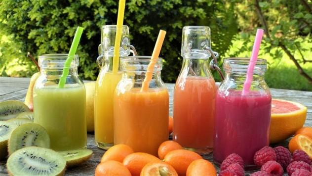 Веганка инжектира плодови сокове в тялото си