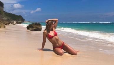 Гореща плувкиня остана топлес на плажа