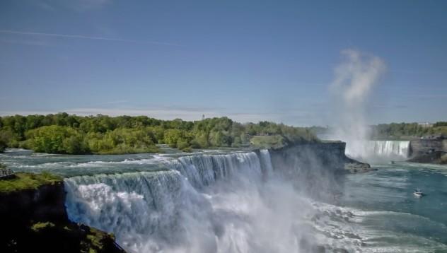 Мъж оцеля, след като скочи в Ниагарския водопад