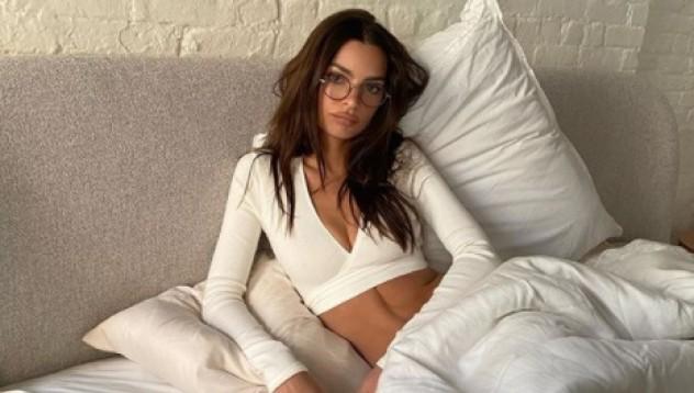 Модно списание остави топлес Емили Ратайковски