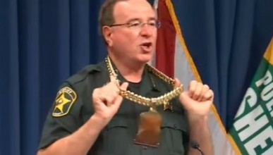 Шериф сложи златна верига и започна да рапира