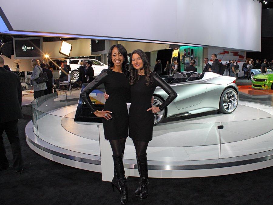 Най-красивите жени от автомобилното изложение в Детройт