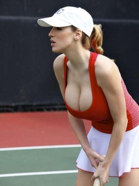 Джордан Карвър играе тенис
