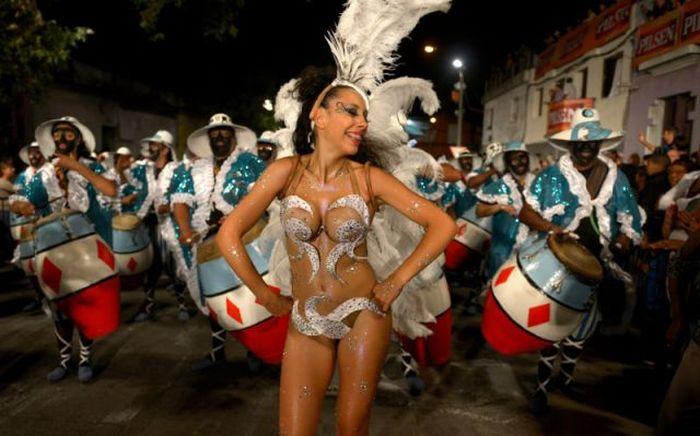 Горещите кадри от карнавала в Уругвай
