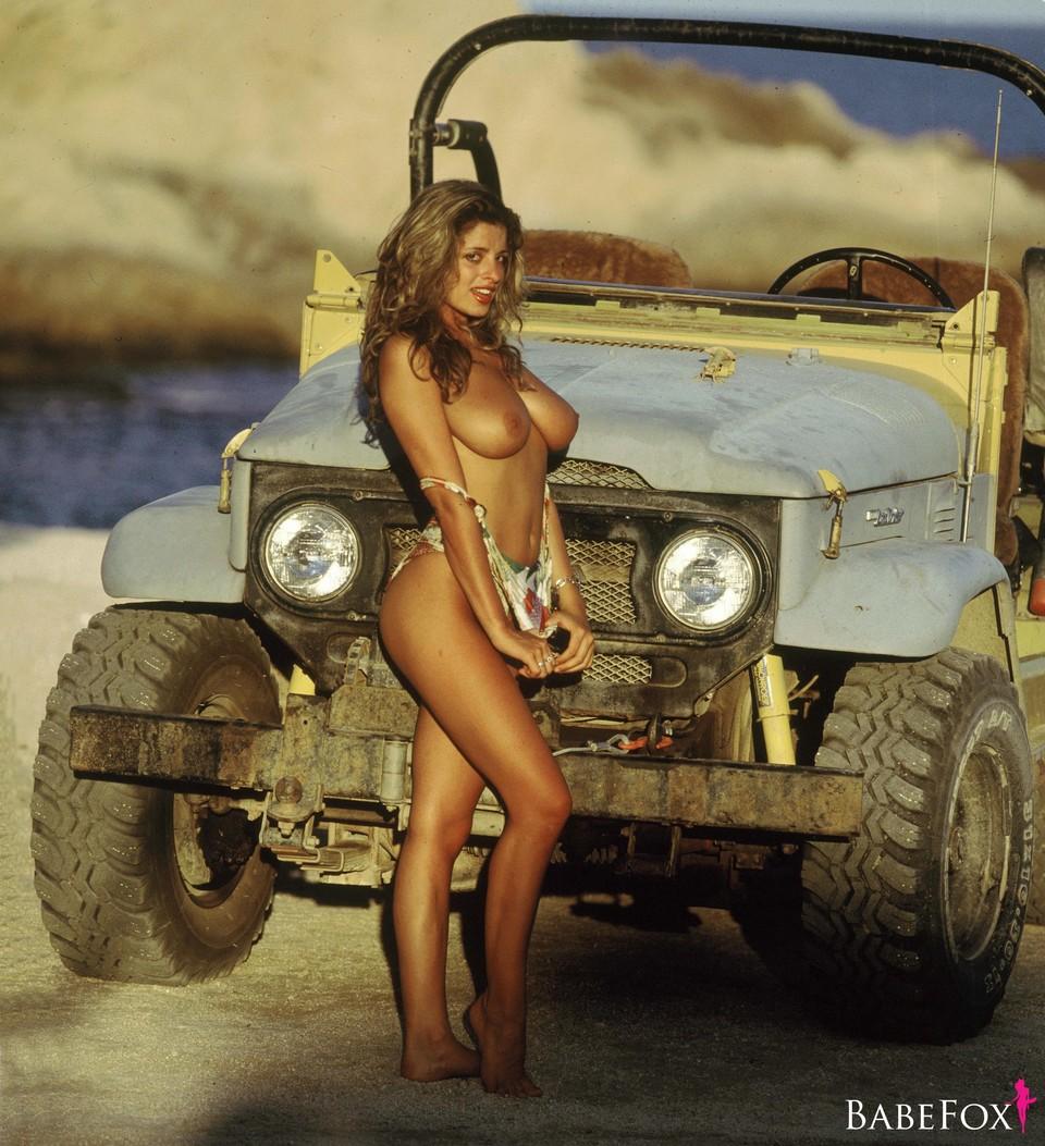 Натали Джей по плажната ивица