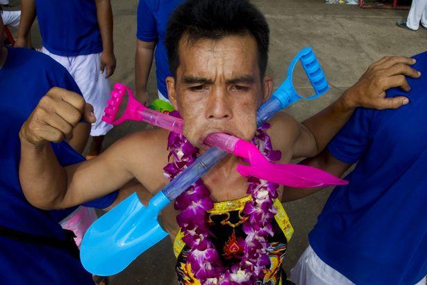 Екстремният пиърсинг от Тайланд (18+)