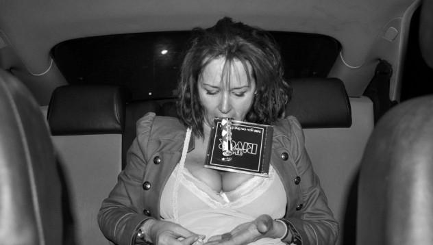 Жена съблазни таксиметров шофьор с гърдите си